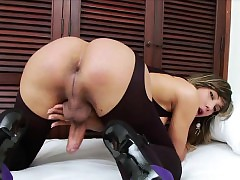 Lovely Tgirl Keyce plays will..